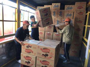 Nhân viên bốc xếp hàng hóa từ xe tải xuống