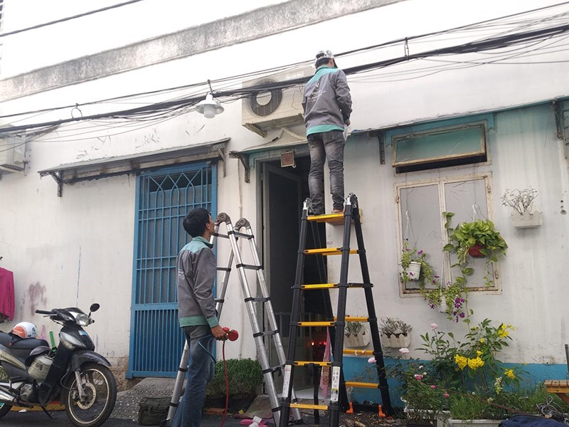 Nhân viên kĩ thuật đang tháo lắp di dời cục nóng