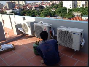Nhân viên kĩ thuật tiến hành kiểm tra máy lạnh